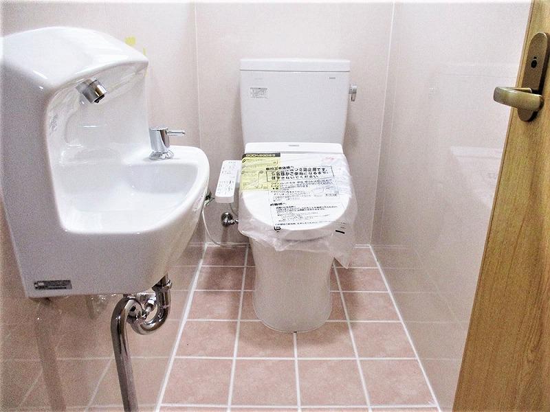 床・壁パネル張替え、便器・手洗い器取替え、ドア交換、バリアフリー工事