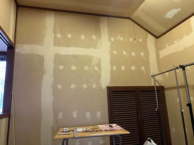 【1】既存壁紙剥がし作業
