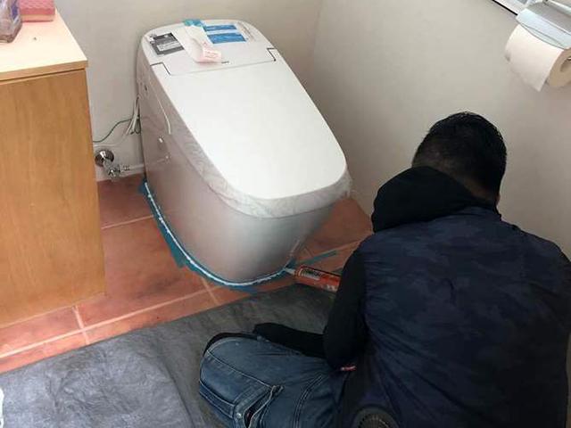 【4】トイレ設置・コーキング作業